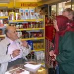 Harald Petersen signerer bøger i Orø Brugs