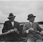 Færgemand Peter Jensen og Max Garmann på vej mod Hammer Bakke, roende, i begyndelsen af 1930erne? Max Garman havde Gamløsegården fra 1921 til 1924 Østre Færge var en robåd til omkring 1926 hvor man anskaffede en motorbåd