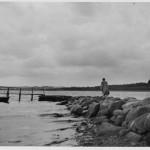 Østre Færge med anløbsmolen og færgen.Max Garmann og færgemand Peter Jensen står på molen medens det er Max garmanns hustru, Petra Graae, der er på vej ud, nok i midten af 1930erne