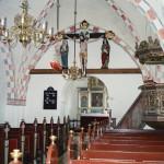 Orø kirke med korbuekrucifiks, korbuebjælke, prædikestol og kalkmalerier